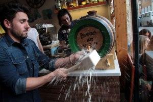 Pilsner_Urquell_wooden-barrel_apertura